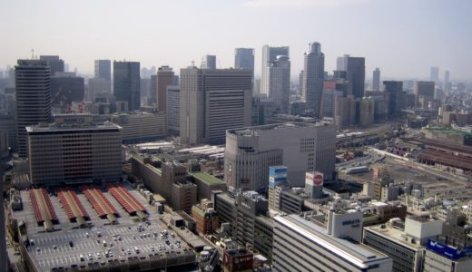阪急梅田駅と高層ビル群