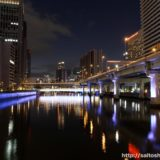 ライトアップされた中之島の高架橋脚と橋
