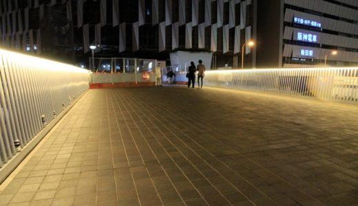 リニューアル工事が進む梅田新歩道橋(阪急阪神連絡デッキ)の欄干のライトアップが始まる!夜の梅田歩道橋が「光の道」の様に美しく変貌!