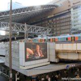 JR大阪駅御堂筋口の横断歩道側の屋上に設置された大型のサイネージモニタ(街頭ビジョン)が点灯開始!