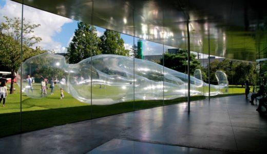 """金沢21世紀美術館で""""巨大透明人間""""が昼寝!鈴木康広さんによるプロジェクト型の展覧会「『見立て』の実験室」が凄かった!"""