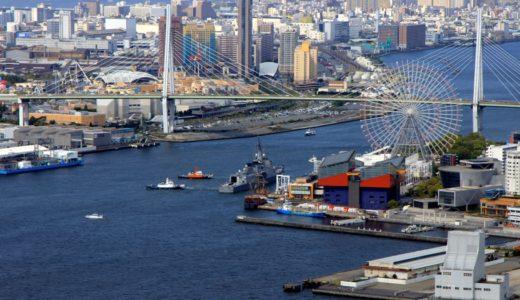 大阪港を出港する海上自衛隊のイージス護衛艦あたご