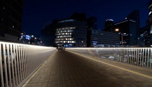 まるで光の回廊!ライトアップされた夜の梅田新歩道橋(阪急阪神連絡デッキ)はムード満点の素晴らしい出来栄えだった!