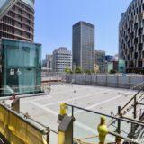 梅田新歩道橋とサウスゲートビルを結ぶ「スカイウォーク」のエレベーター設置工事の状況 19.05