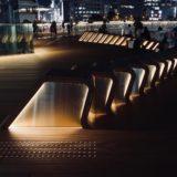 梅田新歩道橋とサウスゲートビルを結ぶ「スカイウォーク」に新たな広場が登場、設置されたベンチが印象的!