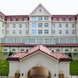 新築移転が完了した『宝塚ホテル』は経年良化を意識した正統派のクラシックホテル。コンセプトは「夢の続きを、ここで。」