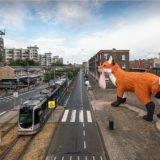 フロレンティン・ホフマンの巨大なキツネはロッテルダムの灰色の通りをさまよう
